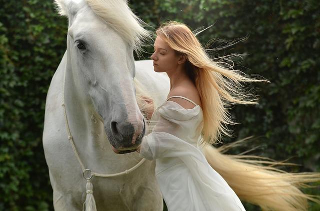 blondýna u koně