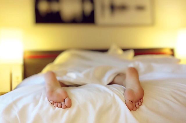 spící osoba v posteli